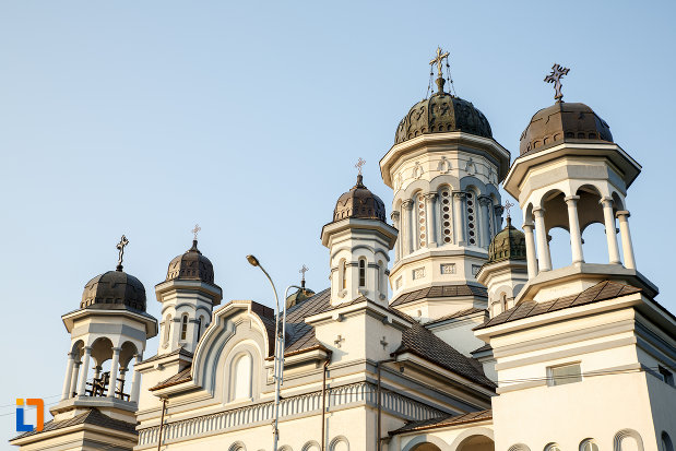 turnurile-de-la-catedrala-pogorarea-sfantului-duh-din-radauti-judetul-suceava.jpg