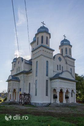 turnurile-din-biserica-ortodoxa-din-livada-judetul-satu-mare.jpg