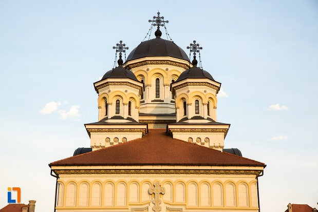 turnurile-si-crucile-de-pe-catedrala-reintregirii-din-alba-iulia-judetul-alba.jpg