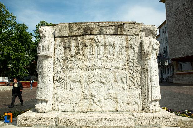 una-din-partile-de-la-mausoleul-eroinei-ecaterina-teodoroiu-din-targu-jiu.jpg
