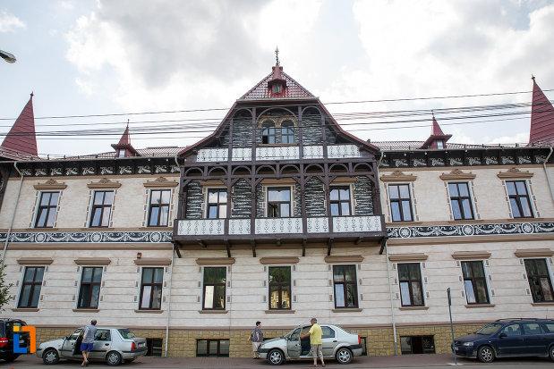 una-dintre-fatadele-de-la-hotelul-carol-fosta-vila-1-1896-din-vatra-dornei-judetul-suceava.jpg