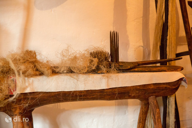 unelte-traditionale-din-muzeul-de-la-manastirea-barsana-judetul-maramures.jpg