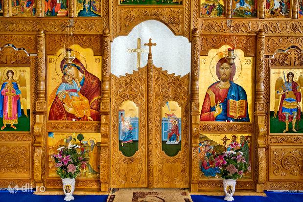 usa-altar-manastirea-sfanta-treime-din-moiseni-judetul-satu-mare.jpg