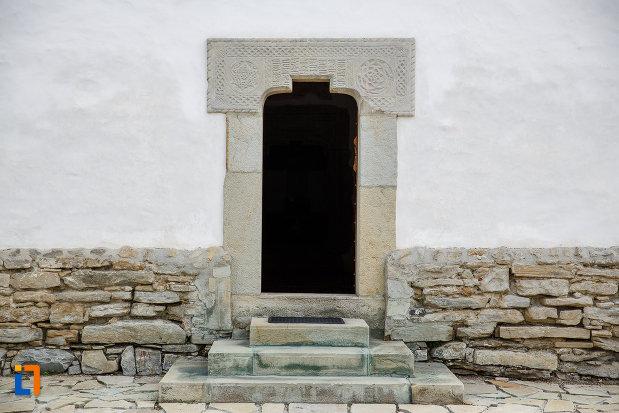 usa-de-biserica-manastirea-zamca-biserica-sfantul-auxentie-1551-din-suceava-judetul-suceava.jpg