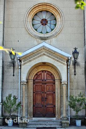 usa-de-intrare-de-la-manastirea-franciscana-sf-anton-din-capleni-judetul-satu-mare.jpg