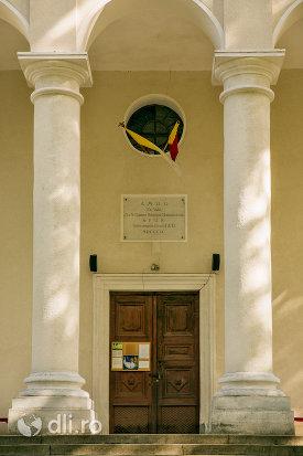 usa-de-intrare-in-ansamblul-biserica-adormirii-maicii-domnului-din-sisesti-judetul-maramures.jpg