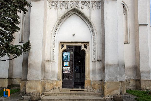 usa-de-intrare-in-biserica-romano-catolica-sf-pertu-din-cluj-napoca-judetul-cluj.jpg