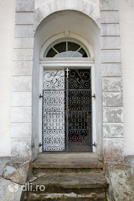 usa-de-intrare-in-capela-catolica-din-cavnic-judetul-maramures.jpg