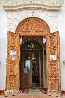usa-de-intrare-in-manastirea-adormirea-maicii-domnului-din-moisei-judetul-maramures.jpg