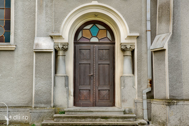 usa-de-intrare-in-mausoleul-lui-simion-barnitiu-din-bocsa-judetul-salaj.jpg