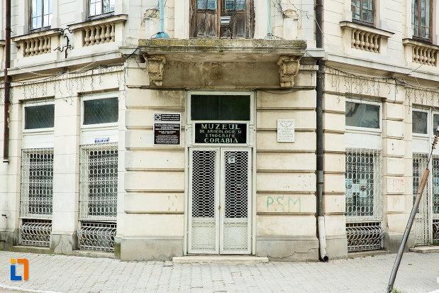usa-de-intrare-in-palatul-cosma-constantinescu-casa-de-cultura-si-muzeul-de-arheologie-si-etnografie-judetul-olt.jpg