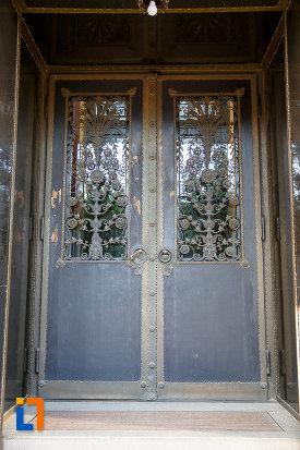 usa-de-intrare-in-palatul-culturii-filarmonica-biblioteca-si-muzeul-de-arta-din-targu-mures-judetul-mures.jpg