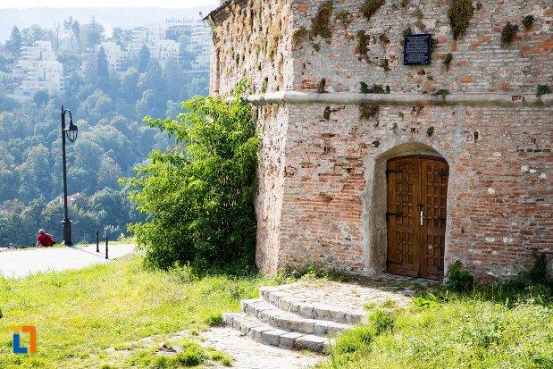 usa-de-intrare-si-trepte-de-la-cetatea-brasov-judetul-brasov.jpg