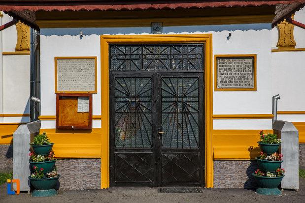 usa-de-la-biserica-adormirea-maicii-domnului-a-fostei-manastiri-valeni-1680-din-valenii-de-munte-judetul-prahova.jpg