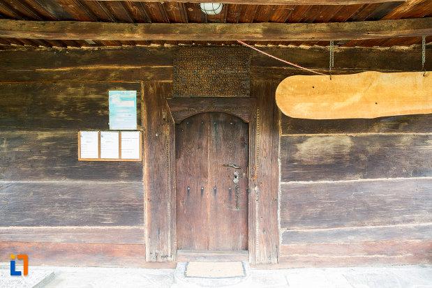 usa-de-la-biserica-de-lemn-sf-nicolae-1748-din-slobozia-judetul-ialomita.jpg
