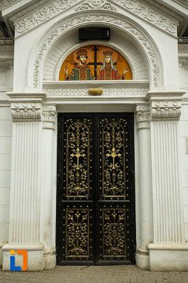 usa-de-la-biserica-robescu-din-focsani-judetul-vrancea.jpg