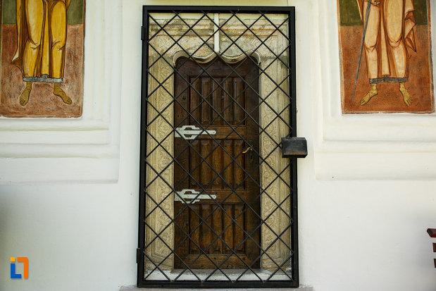 usa-de-la-biserica-sf-gheorghe-domnesc-1677-din-ocnele-mari-judetul-valcea.jpg