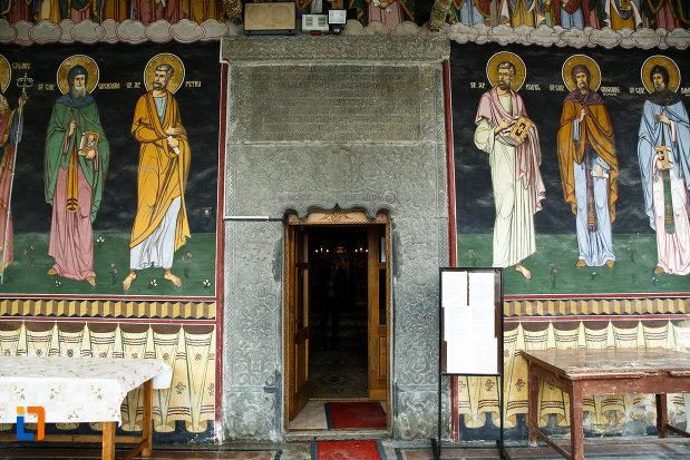 usa-de-la-biserica-toti-sfintii-1764-din-ramnicu-valcea-judetul-valcea.jpg