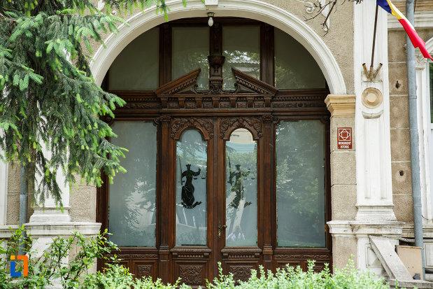 usa-de-la-casa-stanescu-1893-din-focsani-judetul-vrancea.jpg