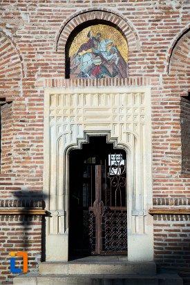usa-de-la-catedrala-sf-gheorghe-din-pitesti-judetul-arges.jpg