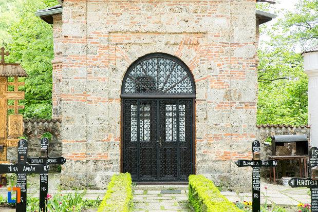 usa-de-la-clopotnita-manastirea-tismana-judetul-gorj.jpg