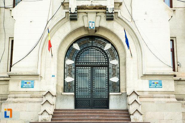 usa-de-la-palatul-administrativ-prefectura-consiliul-judetean-din-craiova-judetul-dolj.jpg