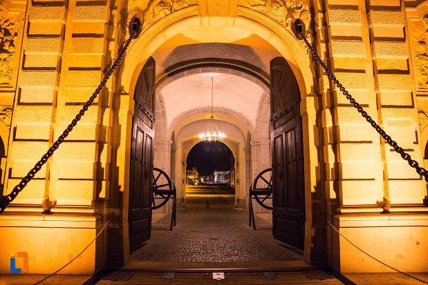 usa-de-la-poarta-a-iii-a-a-cetatii-din-alba-iulia-judetul-alba-vazuta-noaptea.jpg