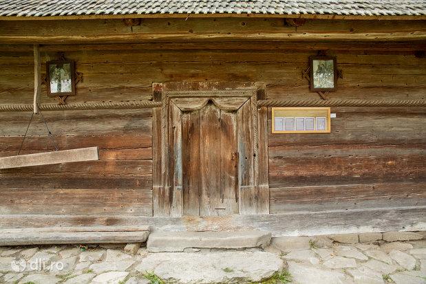 usa-de-lemn-de-la-biserica-de-lemn-sf-nicolae-din-bogdan-voda-judetul-maramures.jpg