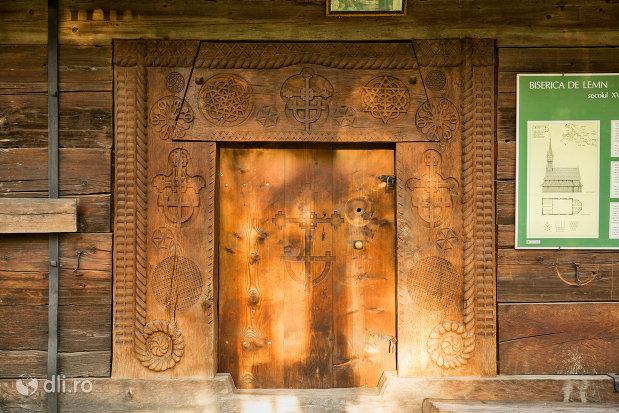 usa-de-lemn-de-la-biserica-de-lemn-sf-nicolae-josani-din-budesti-judetul-maramures.jpg