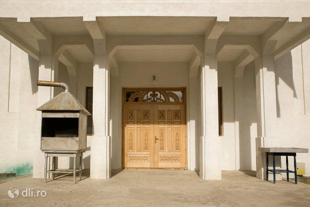 usa-de-lemn-de-la-biserica-ortodoxa-nasterea-maicii-domnului-din-cavnic-judetul-maramures.jpg