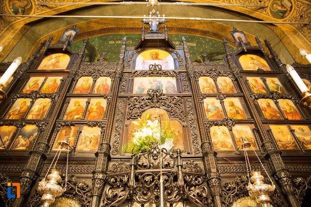 usa-decorata-din-biserica-buna-din-buzau-judetul-buzau.jpg