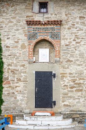 usa-din-fier-de-la-biserica-sf-treime-1352-din-siret-judetul-suceava.jpg