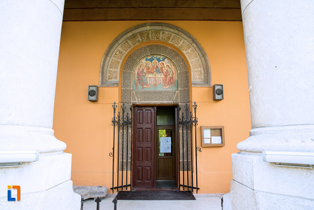 usa-din-lemn-ansamblul-bisericii-sf-treime-din-craiova-judetul-dolj.jpg