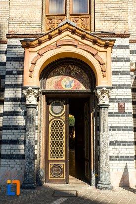 usa-din-lemn-biserica-adormirea-maicii-domnului-casa-parohiala-din-brasov-judetul-brasov.jpg
