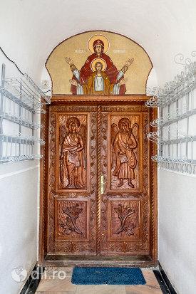 usa-din-lemn-biserica-din-moiseni-judetul-satu-mare.jpg