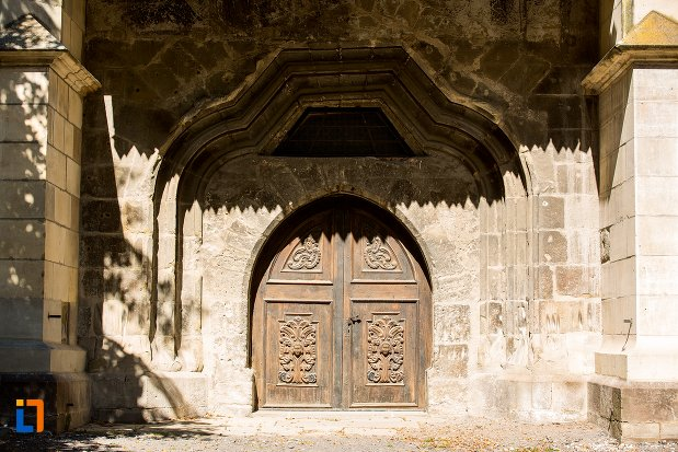 usa-din-lemn-biserica-neagra-1383-1477-din-brasov-judetul-brasov.jpg
