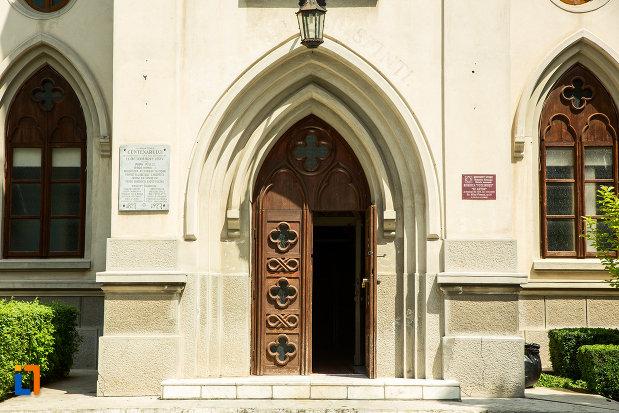 usa-din-lemn-biserica-romano-catolica-sf-anton-din-craiova-judetul-dolj.jpg