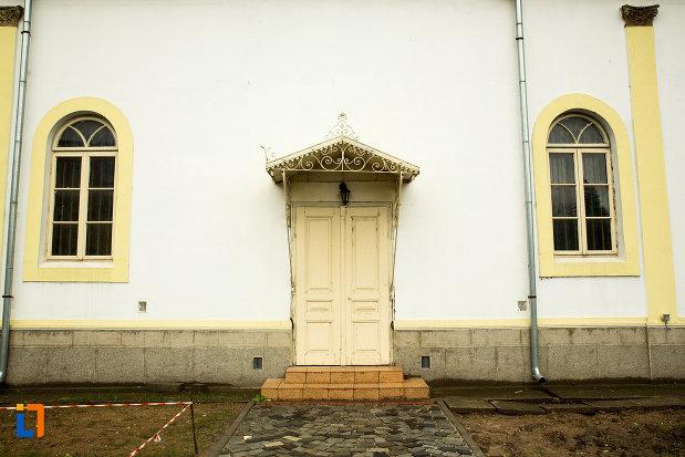 usa-din-lemn-biserica-sf-apostoli-din-bailesti-judetul-dolj.jpg