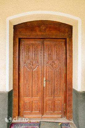 usa-din-lemn-biserica-sf-arhangheli-mihail-si-gavril-din-amati-judetul-satu-mare.jpg