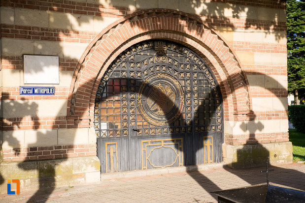 usa-din-lemn-catedrala-mitropolitana-inaltarea-domnului-din-targoviste-judetul-dambovita.jpg