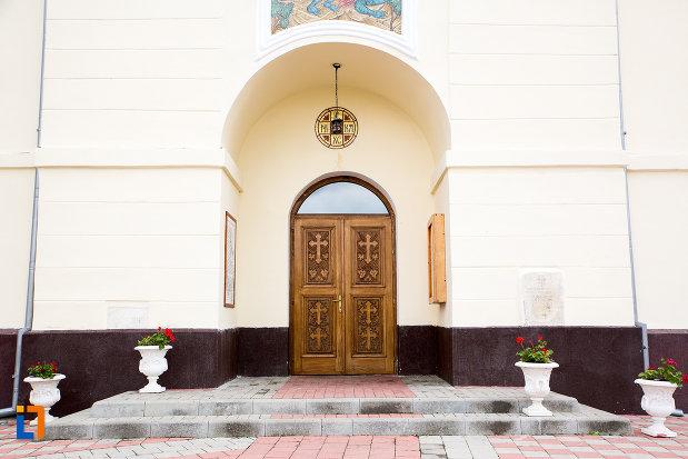 usa-din-lemn-catedrala-sf-gheorghe-din-caransebes-judetul-caras-severin.jpg