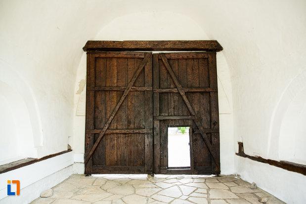 usa-din-lemn-cu-portita-manastirea-strehaia-judetul-mehedinti.jpg