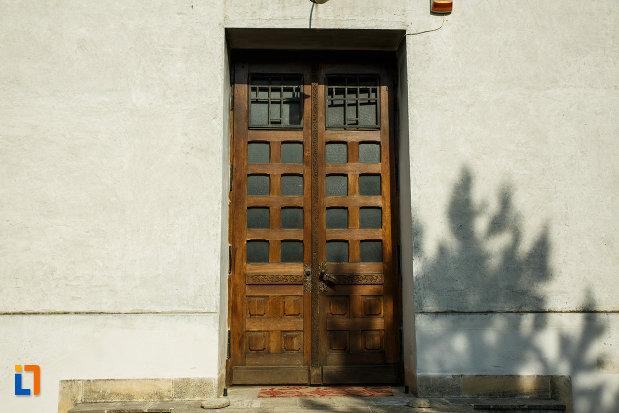 usa-din-lemn-de-la-ansamblul-bisericii-sf-cruce-din-odobesti-judetul-vrancea.jpg