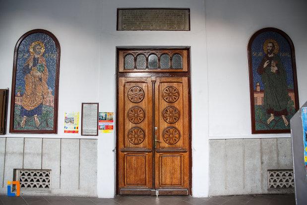 usa-din-lemn-de-la-biserica-sf-gheorghe-vechi-din-ploiesti-judetul-prahova.jpg
