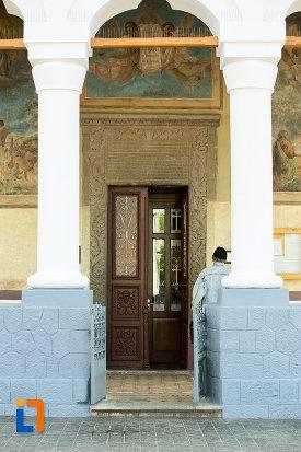 usa-din-lemn-de-la-biserica-sf-voievozi-din-targu-jiu-judetul-gorj-2.jpg