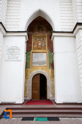 usa-din-lemn-de-la-biserica-si-manastirea-sf-voievozi-din-slobozia-judetul-ialomita.jpg