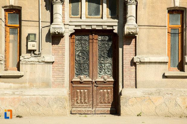 usa-din-lemn-de-la-fosta-scoala-de-baieti-din-slatina-judetul-olt.jpg