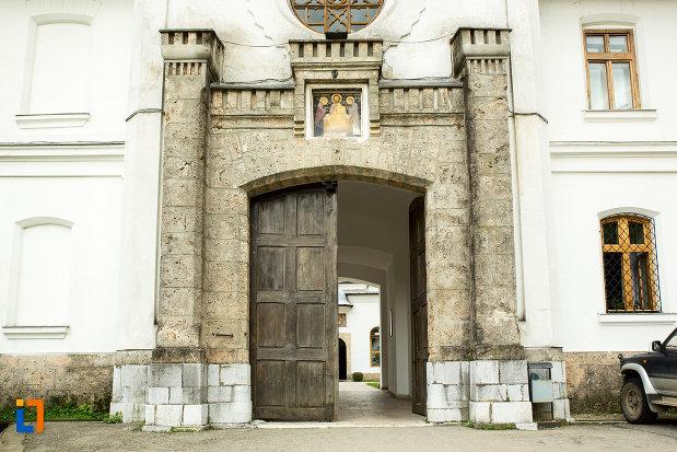 usa-din-lemn-de-la-manastirea-tismana-judetul-gorj.jpg