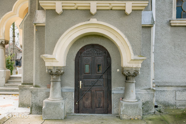 usa-din-lemn-de-la-mausoleul-lui-simion-barnitiu-din-bocsa-judetul-salaj.jpg