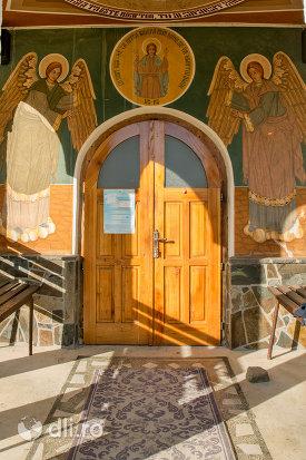 usa-din-lemn-de-la-pictura-cu-sfinti-de-la-biserica-ortodoxa-din-firiza-judetul-maramures.jpg